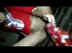 लड़की सेक्सी मूवी भोजपुरी वीडियो अपनी चूत में उंगली करती है, पैर झूलती है